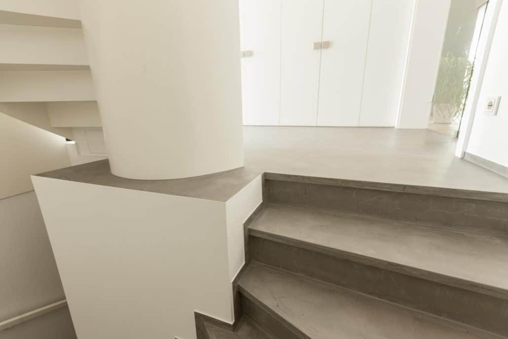 Alte Treppe einfach fugenlos gespachtelt in Betonoptik